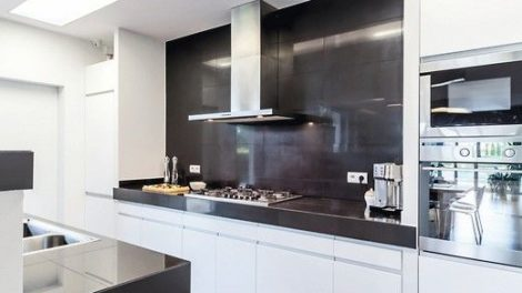 Modern_and_light_kitchen_with_modern_furniture_and_shining_tiles