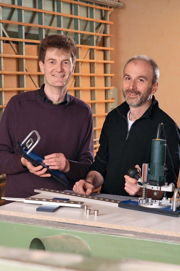 Josef Schafheitle (l.) und Tobias Lehmann präsentieren die Frässchablone Lochness32: Im Vordergrund stehen für sie kurze Rüstzeiten, geringe Fehlerquellen und einfache, selbster-klärende Arbeitsgänge