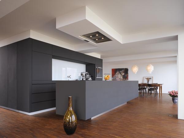 im offenen wohnraum individuell gestaltete k che in gepflegter halbh henlage kochen und essen. Black Bedroom Furniture Sets. Home Design Ideas
