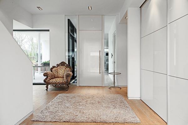 Fenster zwischen zwei räumen  Türen und Innenarchitektur im Einklang – Komplexität der Einfachheit