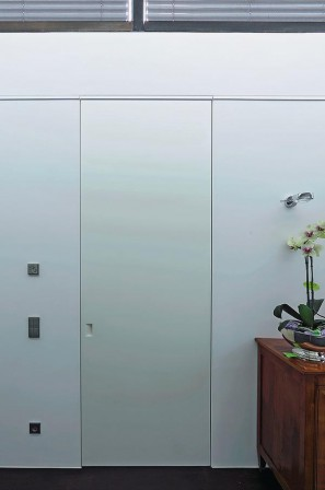 hochwertiger innenausbau mit fl chenb ndigen t ren ohne zargen sinfonie in wei bm online. Black Bedroom Furniture Sets. Home Design Ideas