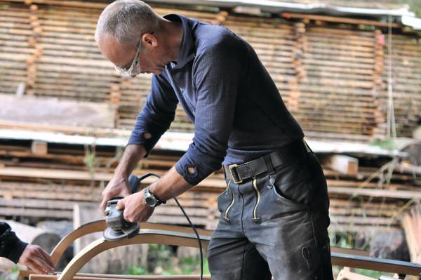 Thomas Grögler lehrt den Bau von Rennrodeln aus Eschenholz ...