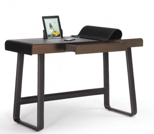pegasus soll digitalen alltag befl geln lederner schreibtisch mit funktionalen satteltaschen. Black Bedroom Furniture Sets. Home Design Ideas
