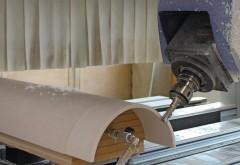Fünfachs-Power macht frei und eröffnet neue Perspektiven: Die Schuhbauer GmbH in Arnstorf hat ihr Leistungsspektrum um dreidimensionale Formteile aus Mineralwerkstoff und Holz erweitert. Bildnachweis: BM-Fotos Manfred Maier, Schuhbauer GmbH