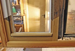 Historischer Patient unterm Messer: Bei diesem Fenster wurden neue, aufrechte Friese angeschiftet und die Unterstücke ausgetauscht. Fotos: Dittmar Siebert