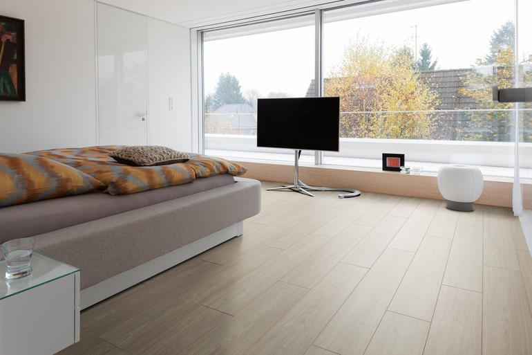 Dunkler Fußboden In Kleinen Räumen ~ Laminatböden im richtigen format und dekor schaffen neue raumwirkung