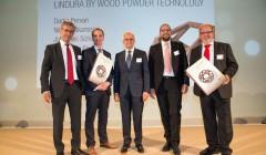 Erhielten in Wien den Schweighofer Prize 2015 von Initiator Gerald Schweighofer (Mitte): Darko Pervan (l.), Niclas Håkansson (2.v.l.), beide Välinge, Guido Schulte (2.v.r.) und Johannes Schulte, Geschäftsführer der MeisterWerke Schulte GmbH. (Bild: SPB Beteiligungsverwaltung)
