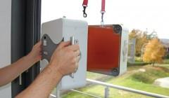 Einfach genau: Das zweiteilige Messgerät Uglass wird über Saugnäpfe innen und außen an der Verglasung befestigt. Ein Sensor heizt die Scheibe einseitig auf und misst dann die Temperaturerhöhung       T auf der Gegenseite. (Foto: ZAE)