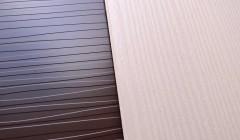Das Plus-Color-Sortiment umfasst acht Oberflächen, die exklusiv nur von der Formica Group erhältlich sind: Scpulpted (l.) ist schon seit Längerem im Programm. Die neue Struktur Linewood (r.) erinnert an gebürstetes Holz. Fotos:Formica Group