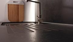 """Für smarte Küchen: Die hohe Temperaturresistenz und die wasserundurchlässigen Eigenschaften prädestinieren die Kompaktplatte """"Reysitop"""" in der Oberflächenausführung """"Granit"""" besonders für die Küche."""