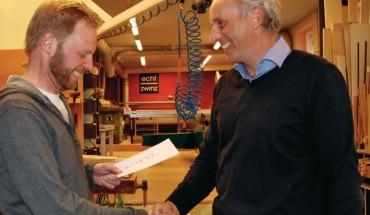 """Bevor es in den Weihnachtsurlaub geht, überreicht Rudolf Zwinz (r.) jedem Mitarbeiter einen persönlichen Brief. Lutz Bremer war beim ersten Mal ganz schön erstaunt und positiv überrascht: """"Das ist schon was Besonderes!"""" BM-Fotos: Natalie Ruppricht"""