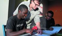 """Voll motiviert: Tischlermeister Matthias Land ist begeistert von seinen """"Muster-Azubis"""" Elvis (19) aus Guinea und Mohamed (21) aus Eritrea. Foto: Claudia Schneider"""