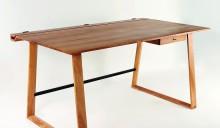 Marco Höfeles Gesellenstück ist ein fein dimensionierter Schreibtisch aus lebhaft gezeichnetem, heimischem Kirschbaum. (BM-Foto: Bianca Oppenländer)