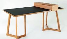 Gesellenstück von Ferdinand Knecht: Schreibtisch aus Eiche und schwarzem Linoleum (Foto: Bianca Oppenländer)