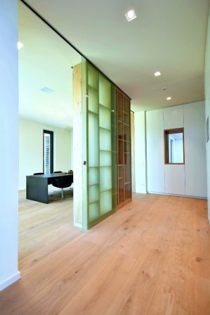 innenausbau eines wohnhauses in hessen haus mit aussicht bm online. Black Bedroom Furniture Sets. Home Design Ideas