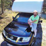 Steen T. Brode und sein Nissan Navara King Cab mit der von ihm ausgebauten Reisemobilkabine Box 260 der bayrischen Tischer GmbH. Foto: Christian Richard Gülde