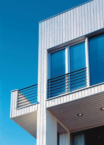 Cape Cod bringt Farbe ans Haus. Holzfassade mit langjähriger ...