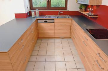 Edle Details Kennzeichnen Diese Küche: So Beispielsweise Die Dünne,  Anthrazitfarbige Arbeitsplatte, Die In Küchen Eher Untypisch Ist