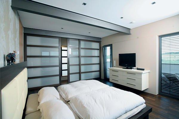 Das Schlafzimmer Bietet Mit Dem Begehbaren Kleiderschrank Viel Raum,  Großzügige Schiebeelemente Ermöglichen Einen Bequemen Zugang