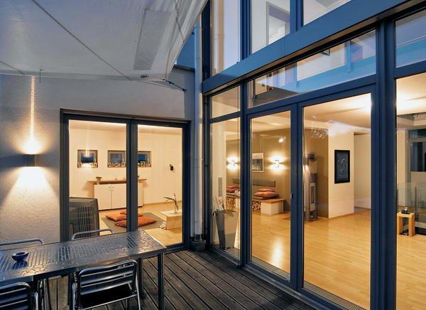 einfamilienhaus mit attraktiver fenstergestaltung fenster und fassade in harmonie bm online. Black Bedroom Furniture Sets. Home Design Ideas