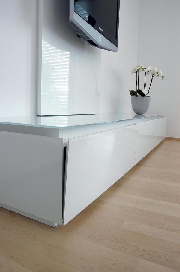 innenausbau eines einfamilienhauses eleganz in wei und glas bm online. Black Bedroom Furniture Sets. Home Design Ideas