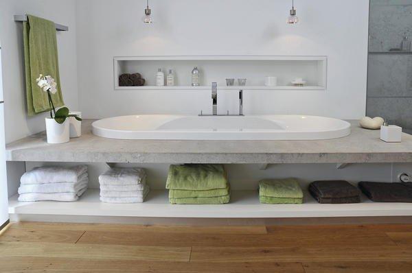 wohnbad zum relaxen minimalistisch und ganz in wei bm online. Black Bedroom Furniture Sets. Home Design Ideas