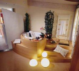 wellness und multimedia bilden gekonnte symbiose. Black Bedroom Furniture Sets. Home Design Ideas