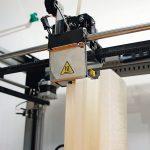 Der_3D-Drucker_erhitzte_das_Material_und_traegt_es_den_CAD-Daten_entsprechend_Schicht_für_Schicht_auf_das_dabei_entstehende_Modell_auf.