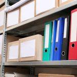 Regale bieten viel Stauraum für Unterlagen und Materialien. Fotolia.com © Africa Studio #176312983