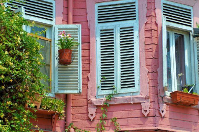 In die Jahre gekommen: Beim Fensteraustausch gilt es, diverse Kriterien zu beachten - vom Glas über das Rahmenmaterial bis zum Einbruchschutz. Foto: Pixabay.com/CorneliaPetra (CC0 1.0)