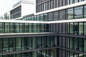 Neue_Unternehmenszentrale_München-Schwabing,__Dreifach-_Sonnenschutzverglasung_in_der_Fassade;__zur_Autobahn_mit_Schallschutzklasse_V;_52_dB