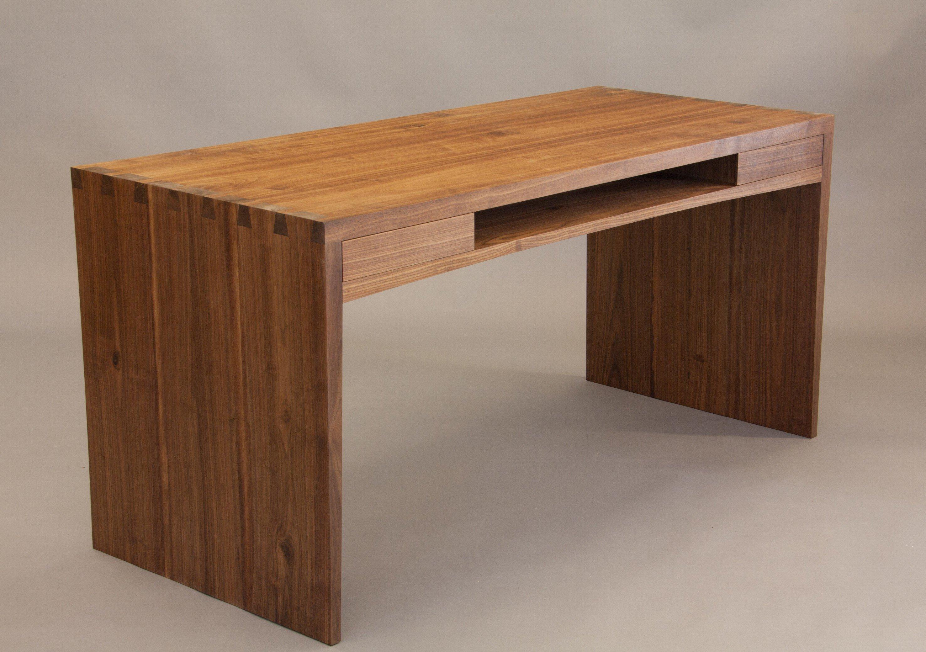 Die Oberfläche Seines Gesellenstückes, Ein Kompakter Schreibtisch In  Amerikanischem Nussbaum, Ist Ebenfalls Geölt. (Foto: Berufsfachschule  Berchtesgaden)