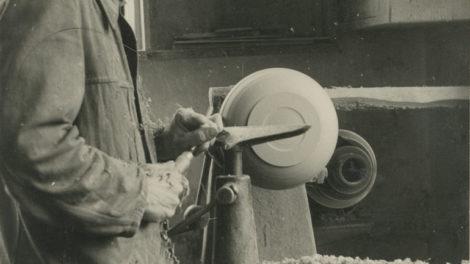 Fa._Heinz,_Mitarbeiter:_Josef_Schöffel_(1912-2005)_beim_Drechseln,_Waal;_Betriebszugehörigkeit_1935-1975