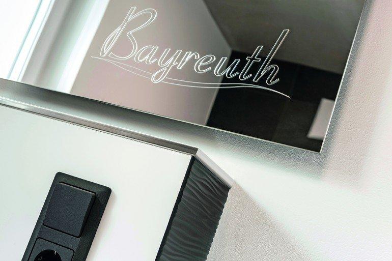 rehau entwickelt glaslaminat mit spiegeloberfl che spiegel zum fr sen bm online. Black Bedroom Furniture Sets. Home Design Ideas