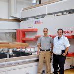 CEO Claus Schmid (r.) und sein Sohn Martin Schmid, der verantwortlich für das neue CNC-Bearbeitungszentrum ist. Fotos: Reichenbacher