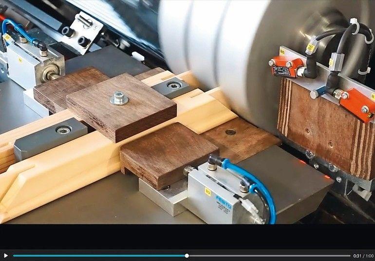 In einem Arbeitsgang wird das Werkstück gespannt und Gehrung, Nut sowie Feder gefräst. (Screenshot: Stegherr)