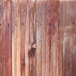 Holz: Ein warm anmutendes Material. Je nach Holzart wie Farbigkeit, Maserung und Astigkeit oder auch Holzeinschnitt ist es mehr oder weniger strukturiert bzw. lebendig. Der für Auge und Hand gleichermaßen sympathische Werkstoff eignet sich ideal für den Einsatz im Möbel- und Innenausbau vom Landhausstil bis zum modernsten Look. Holz ist kombinierbar mit Metallen, Glas, Stein, Kunststoff und Textilien. Häufig ist er wärmender, lebendiger Kontrast zu den künstlichen, nüchternen und kühlen Materialien. Bei der Gestaltung muss nicht nur die Behandlung der Oberflächen, ob matt oder hochglänzend, berücksichtigt werden, ganz entscheidend ist auch die Holzart. Nadelhölzer wie Kiefer oder Lärche haben einen naturhaften bis rustikalen Charakter und verlangen gröbere Textilien mit intensiven Farben. Kirschbaum auch Mahagoni haben feine, meist geschlossene blanke Oberflächen und können mit feinen, schlichten oder zurückhaltend gemusterten Stoffen kombiniert werden.